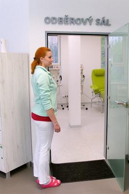 Zdravotní sestra na odběrovém sále